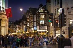 在伦敦开始的销售 在圣诞灯的摄政的街道 免版税图库摄影