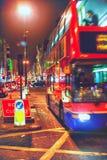 在伦敦晚上街道的公共汽车  免版税库存图片