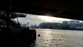 在伦敦桥下的日出 免版税图库摄影