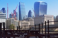 在伦敦桥前面的城市 财政区现代摩天大楼背景的 图库摄影