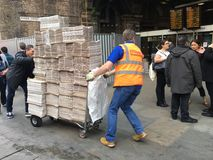 在伦敦桥的纸交付 免版税库存照片
