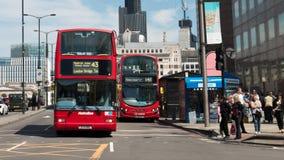 在伦敦桥附近的公共汽车 免版税库存图片