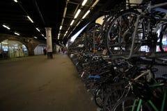 在伦敦桥驻地的自行车行李架 库存照片
