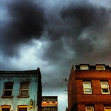 在伦敦的东边的风雨如磐的天空 库存图片