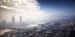 在伦敦的屋顶视图在从圣保罗& x27的一有雾的天; s大教堂 免版税库存照片