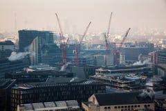 在伦敦的屋顶视图在从圣保罗& x27的一有雾的天; s大教堂 免版税图库摄影