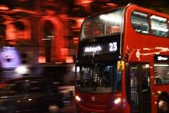 在伦敦街道上的公共汽车 库存图片