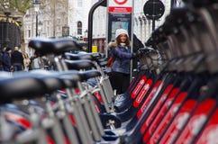 在伦敦街道上的公开周期,生态运输 库存照片