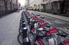 在伦敦街道上的公开周期,生态运输 免版税库存图片
