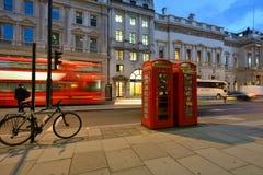 在伦敦街道上的夜交通  免版税库存图片