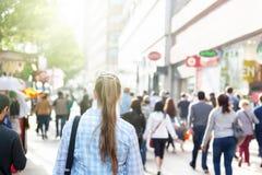 在伦敦街道上的少妇  免版税库存照片