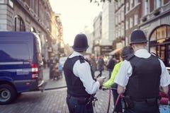 在伦敦街道上的英国警察 库存图片