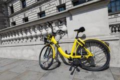 在伦敦街道的Ofo自行车 库存图片