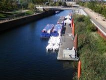 在伦敦运河的驳船 免版税图库摄影