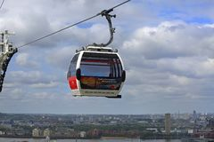在伦敦都市风景上的被隔绝的缆车上流,跨过泰晤士河并且买得起在伦敦的全景, 2015年 库存照片