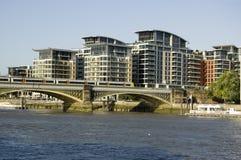 在伦敦铁路桥的培训 库存照片