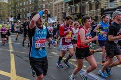 在伦敦马拉松的赛跑者 免版税库存照片