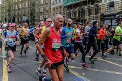 在伦敦马拉松的赛跑者 库存照片