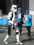 在伦敦马拉松2012年4月22th日的乐趣赛跑者 免版税库存照片
