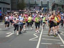 在伦敦马拉松2012年4月22th日的赛跑者 库存照片