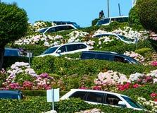 在伦巴第街道上的旧金山汽车 免版税图库摄影