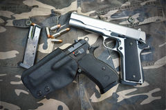 在伪装战士气喘的两把半自动手枪 免版税库存照片