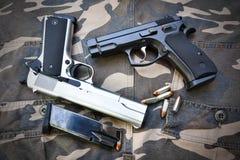 在伪装战士气喘的两把半自动手枪 免版税库存图片