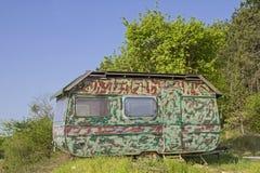 在伪装神色的有蓬卡车 免版税库存照片