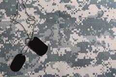 在伪装背景的军事ID标记 r 库存图片