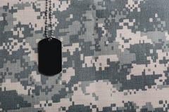 在伪装背景的军事ID标记 r 免版税库存图片
