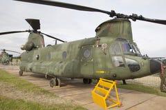 在伪装颜色的军用契努克族直升机 免版税图库摄影