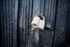 在伪造的门的挂锁 免版税库存图片
