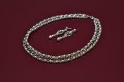 在伯根地的珍珠豪华首饰隔绝了背景 免版税库存图片