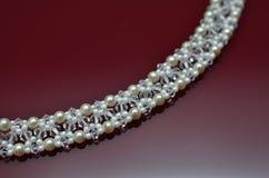 在伯根地的珍珠豪华首饰隔绝了背景 库存图片