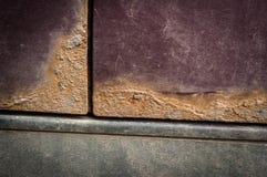 在伯根地颜色汽车的铁锈斑点 免版税库存照片