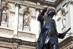 在伯灵屯议院的约书亚・雷诺兹雕象 免版税库存图片