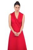 在伸出她的舌头的红色礼服的典雅的模型  免版税库存图片