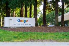 在位于主要谷歌校园的其中一个的谷歌标志大厦前面,硅Val 免版税库存图片