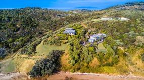 在位于小山的住宅房子的鸟瞰图 Waiheke海岛,奥克兰,新西兰 库存照片