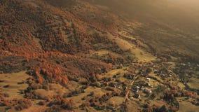 在位于峡谷的美丽的村庄的飞行 股票录像