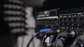 在位于音乐演播室录音摊的立场的话筒在低调光下 免版税库存图片