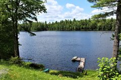 在位于Childwold的伦纳德池塘靠码头,纽约,美国 免版税库存照片