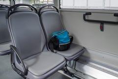 在位子的一个袋子在公共汽车上 免版税库存图片