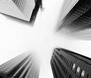 在低云彩和雾期间的摩天大楼在多伦多 库存照片