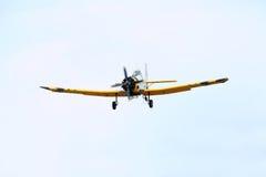 在低地形跟踪飞行的PZL M18 B Dromader飞机 库存照片