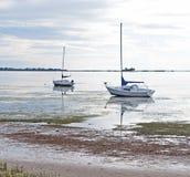 在低潮搁浅的几条小船 免版税图库摄影