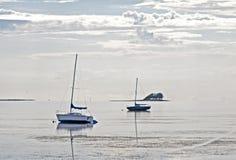 在低潮搁浅的几条小船 库存图片