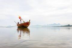 在低潮海滩的一条小船 免版税库存图片