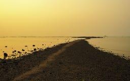 在低潮海滩的热带日落 库存照片