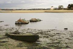 在低潮的下沉的小船 库存图片